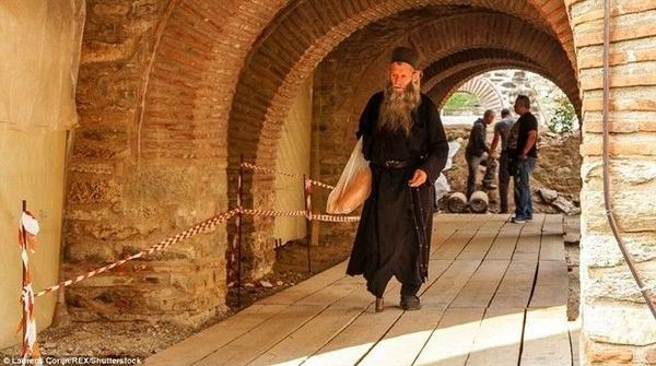 Bức ảnh độc đáo này cho thấy một thầy tu mặc trang phục tối màu và để râu dài.