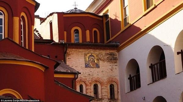 Nhà thờ Vatoupedi được sơn màu đỏ và vàng nổi bật.