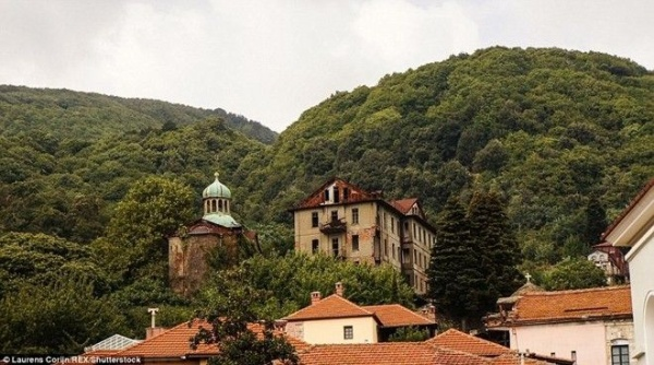 Đây được gọi là núi thiêng, do có 20 tu viện Chính thống giáo phương Đông và 2.000 thầy tu sống.