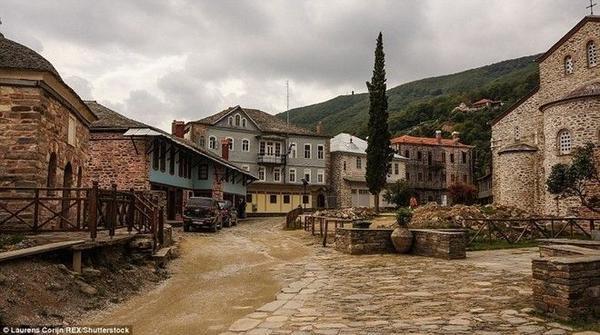 Karyes, thị trấn chính và là trung tâm tôn giáo của khu vực này, trở thành điểm hành hương cho các tín đồ theo Chính thống giáo phương Đông.