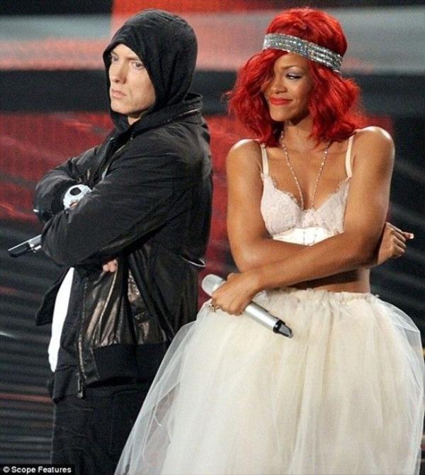 Eminem và Rihanna thể hiện Love The Way You Lie trên sân khấu Lễ trao giải VMAs.