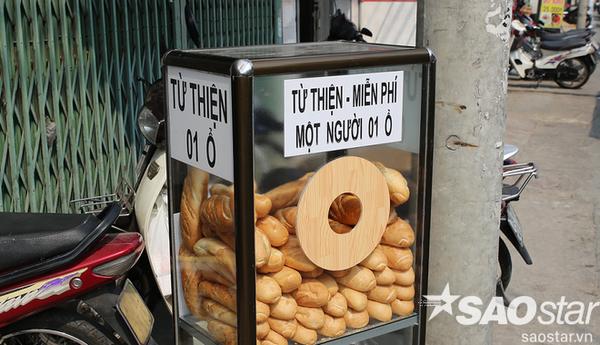 Quầy bánh được đục một lỗ tròn để mọi người có thể dễ dàng lấy bánh ra.