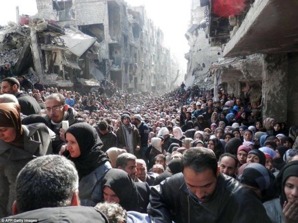 Hàng nghìn người ở Yarmouk xếp hàng chờ nhận thực phẩm cứu trợ từ LHQ. Ảnh: AFP/Getty Images