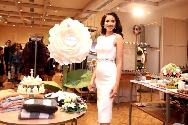 Little White Dress ôm sát người tôn lên vẻ đẹp hình thể, vốn là điểm mạnh của cô.