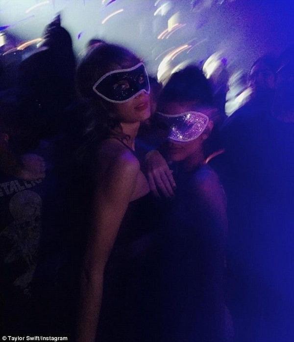 Đôi uyên ương từng bị đồn chia tay sau khi không còn được trông thấy xuất hiện bên nhau. Tuy nhiên từ cuối năm ngoái, Taylor và Calvin dành nhiều thời gian cho nhau hơn. Trong dịp đón năm mới 2016, nữ ca sĩ đến hộp đêm mà Calvin chơi nhạc ở Las Vegas và vui chơi hết mình.