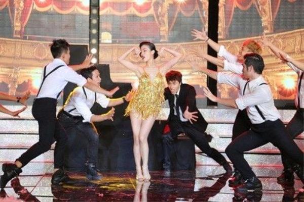 """Ở tập 5 Thách thức người nổi tiếng phát sóng vào tối 1/12/2015, trong khi Trấn Thành giữ vị trí """"cầm cân nảy mực"""" thì Mai Hồ xuất hiện với tư cách thí sinh. Qua các ca khúc trong bộ phim Burlesque như Welcome to Burlesque, Candy Man hay Show Me How to Burlesque, nữ diễn viên Đời như tiệc thể hiện xuất sắc phần thi của mình bằng loạt động tác vũ đạo quyến rũ, bắt mắt."""