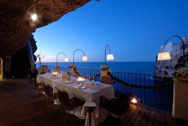 Phía mặt tiền nhìn thẳng về phía biển Adriatic.