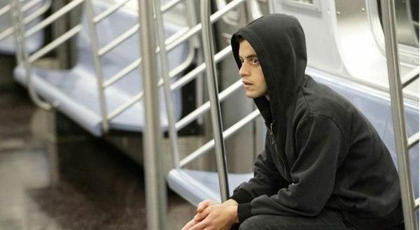 """Rami Malek chinh phục khán giả với vai diễn thanh niên """"sống ảo"""" của mình."""