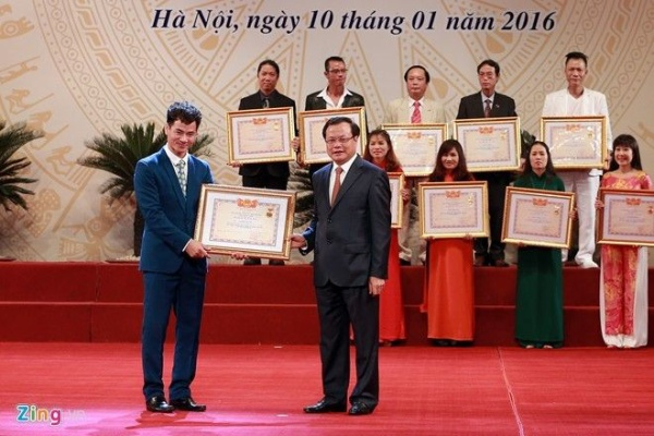 Xuân Bắc trong lễ phong tặng danh hiệu Nghệ sĩ Ưu tú tại Hà Nội hôm 10/1.