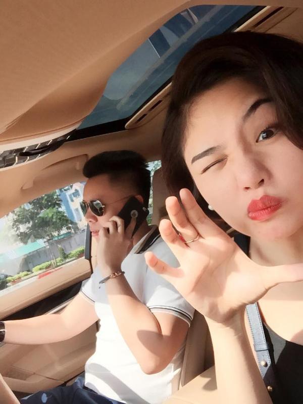 Miu Lê và bạn trai selfie trong xe hơi khi hẹn hò cùng nhau