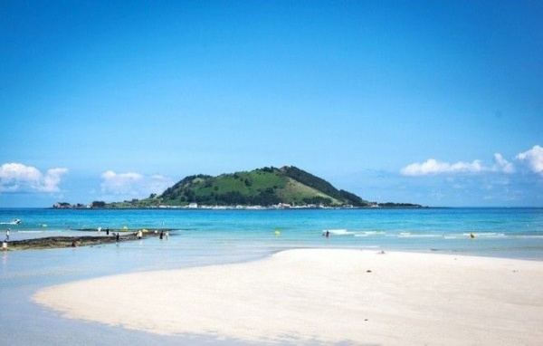 Ngoài ra, đảo Jeju còn có những bãi biển tuyệt đẹp, với cát trắng, trời xanh, thảm cỏ hay hoa vàng tràn ra gần mép nước. Đây là điểm đến lý tưởng cho những cặp đôi muốn tận hưởng một kỳ trăng mật lãng mạn như trong phim.  Ảnh: Seoulstateofmind.