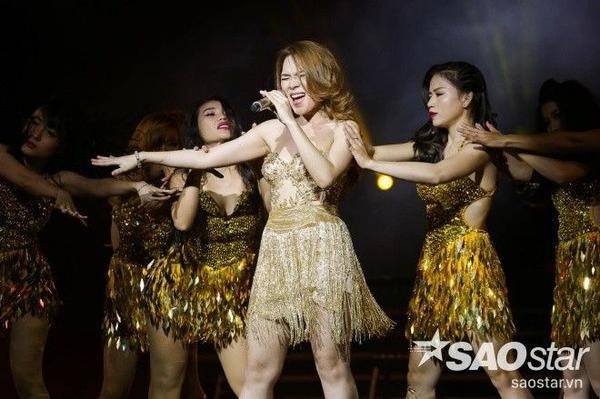 Mỹ Tâm biến đổi liên tục trên sân khấu. Cô có những động tác vũ đạo nóng bỏng trên ghế bên các vũ công.