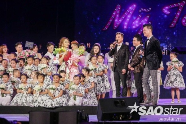 Màn mừng sinh nhật hoành tráng trên sân khấu của nữ ca sĩ do gia đình, người hâm mộ và đồng nghiệp chuẩn bị.