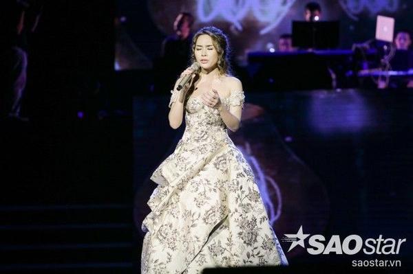 Cựu giám khảo Vietnam Idol biểu diễn ca khúc mới trình làng Đôi mắt màu xanh - bài hát sáng tác trong 15 phút nhưng phải trải qua chẳng ít lần đổi tên.