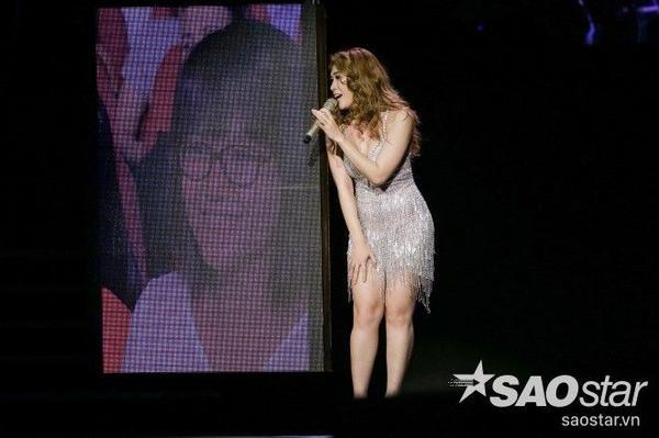 Nữ ca sĩ khép lại đêm nhạc với Vì em quá yêu anh và My Friend.