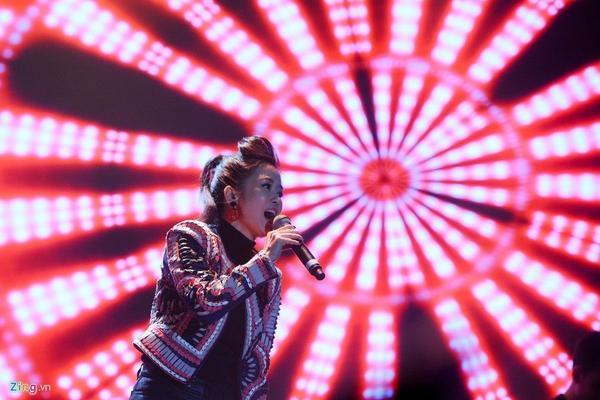 Hồng Nhung hát Niềm tin cho cát bụi. Chị là một trong những ca sĩ nhiệt tình ủng hộ chương trình Đôi bàn tay thắp lửa ngay từ khi ê-kíp nhen nhóm ý tưởng thực hiện.