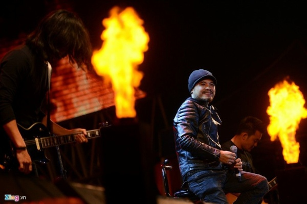 Ban đầu, nam ca sĩ và ê-kíp đã chuẩn bị sẵn sàng phương án sẽ ngồi xe lăn lên sân khấu. Tuy nhiên, từ buổi tổng duyệt tới đêm diễn chính thức, Trần Lập đều xuất hiện với nụ cười rạng rỡ, sự hào hứng.