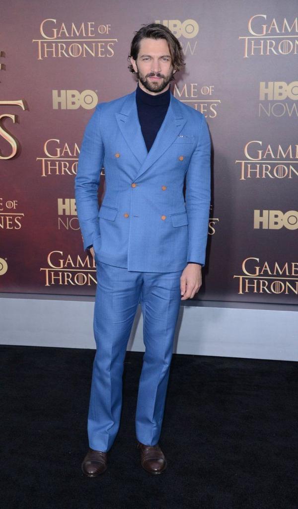 Nghệ sĩ người Hà Lan Michiel Huisman cũng có tên trong danh sách với bộ suit màu xanh dương nổi bật của Louis Vuitton. Khá khen cho Michiel khi anh chọn áo cổ lọ tối màu để tăng độ nam tính cho ngoại hình vốn đã rất đàn ông. Các chuyên gia thời trang bình luận Michiel vừa vặn với thiết kế này hơn so với đạo diễn trẻ Xavier Dolan đã mặc trước đó vài tháng ở Pháp