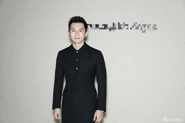 Đương kim bạn trai của nữ diễn viên Phạm Băng Băng xuất hiện bảnh bao với vest đen. Lý Thần có mặt tại Milan để tham dự show diễn của Zegma.
