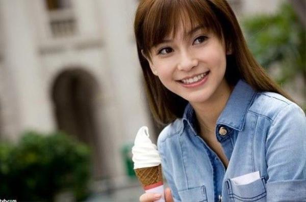 Sự tươi trẻ đầy quyến rũ với nụ cười rạng rỡ.
