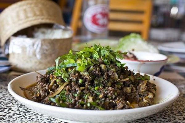 Larb Mote Daeng: Kiến đỏ và trứng của chúng được xào cùng gia vị tẩm ướp ngon miệng là một trong những món ăn ngon nhất ở Thái Lan.