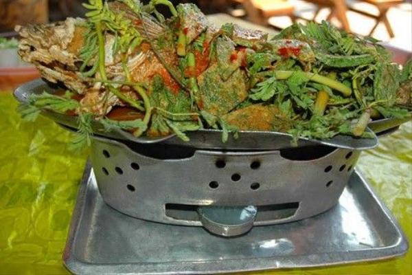 Pla Chon Pao: Đây là món rắn đầu cá nướng, được phục vụ giống món cá chép om dưa ở Việt Nam nhưng ăn cùng cơm nếp và gỏi đu đủ.