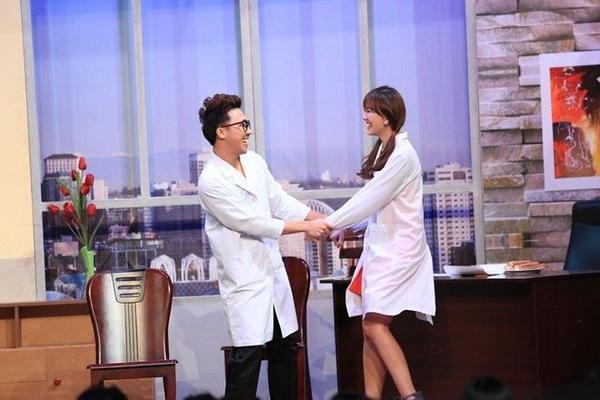"""Hari Won và Trấn Thành trên sân khấu Ơn giời, cậu đây rồi"""" vào cuối năm 2014."""