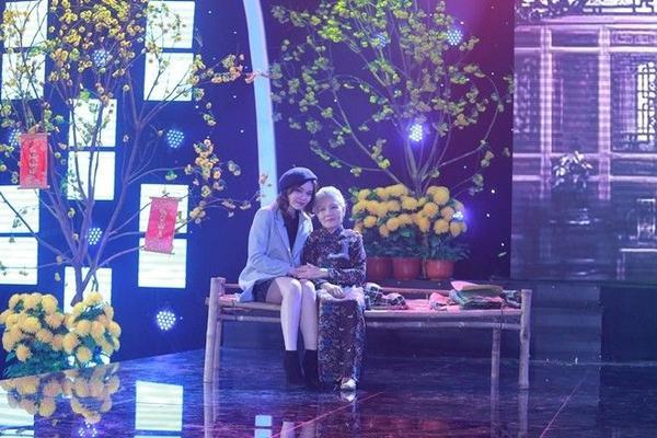 NSƯT Út Ngọc Lan và ca sĩ Giang Hồng Ngọc hóa thân thành 2 mẹ con trong hoạt cảnh đầy xúc động Xuân tha phương.