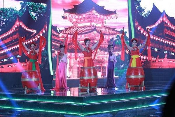 Tiêu Châu Như Quỳnh, Vũ Thảo My, Hòa Minzykết hợp cùng nhau trong Mùa cây trổ lá.