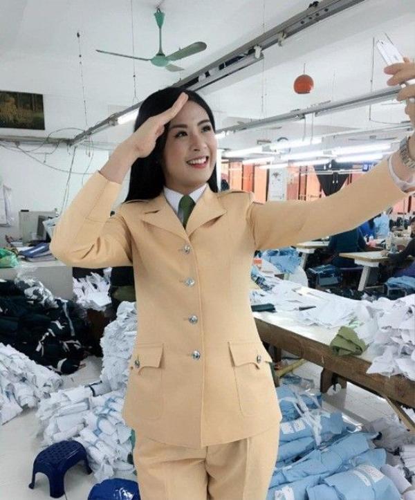Trước đó một tháng, cô cũng thu hút sự chú ý của các fan khi mặc cảnh phục CSGT trong công ty may X19.