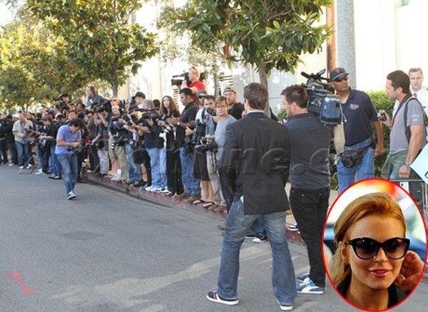 Tháng 9/2010, một dàn tay săn ảnh đứng túc trực để sở hữu bức ảnh đầu tiên của Lindsay Lohan khi ra khỏi cơ sở phục hồi Lynwood. Nữ diễn viên bị đưa vào đây 30 ngày vì vi phạm lệnh quản chế. Công sức chờ đợi của cánh paparazzi không được đền đáp vì Lindsay ra khỏi tù bằng xe hơi khá kín đáo.
