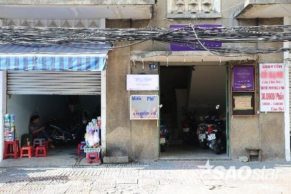 Toàn cảnh tủ bánh mì trên đường Thái Văn Lung. Hôm qua, người bán hàng nước bên cạnh cũng rất sẵn lòng tháo biển kinh doanh của mình xuống, nhường chỗ cho chị Uyên lắp đặt tủ bánh từ thiện.