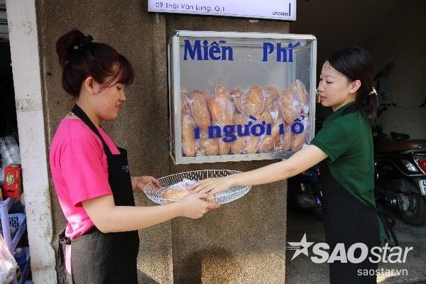Sáng nay (19/1), nhân viên cơ sở kinh doanh của chị Uyên tiếp tục đặt các gói bánh vào tủ.