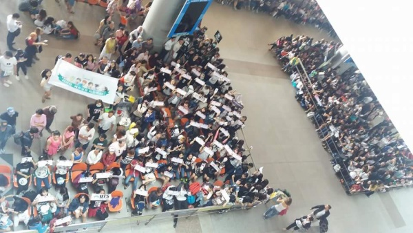 Hình ảnh lượng Army đông đảo chờ đón BTS ở sân bay