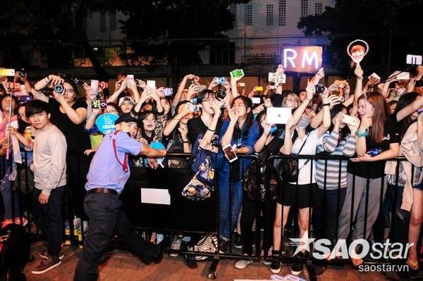 Hàng trăm nghìn người hâm mộ đã chuẩn bị sẵn máy ảnh và chờ đợi để thưởng thức các màn trình diễn