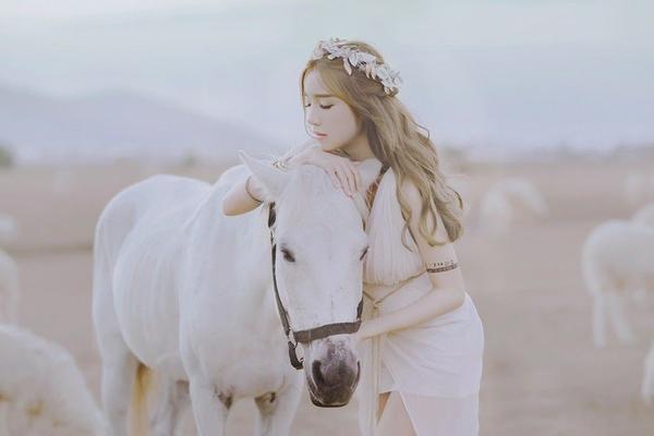 Ý tưởng của bộ ảnh là thế giới thần thoại Hy Lạp và Elly Trần tựa như nữ thần sắc đẹp Aphrodite trong bộ cánh trắng.
