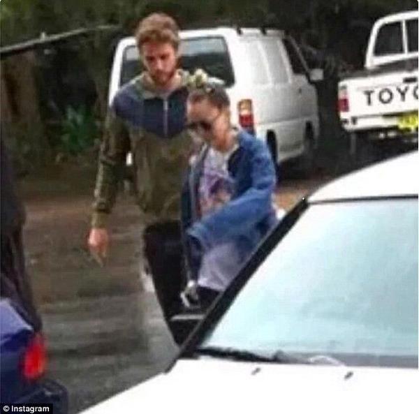 Tái hợp: Trong những ngày đầu tiên của năm mới 2016, cánh săn ảnh bắt gặp Miley và Liam tại lễ hội âm nhạc ở Australia. Không chỉ xuất hiện cùng nhau, cặp tình nhân một thời còn có những cử chỉ tình tứ khác. Những nguồn tin cho biết Miley đã đến quê nhà Liam để đón năm mới cùng gia đình anh.