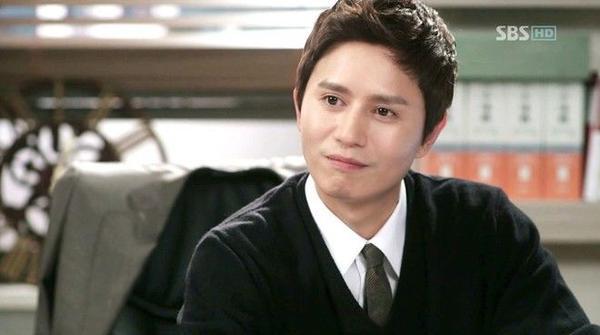 Gương mặt Kim Min Jong không thay đổi nhiều so với thời trẻ ngoài những nếp nhăn.