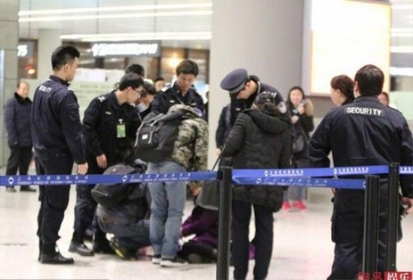 Khi bị đưa đi, cô còn cố tình nằm ăn vạ gây khó khăn cho đội ngũ an ninh.
