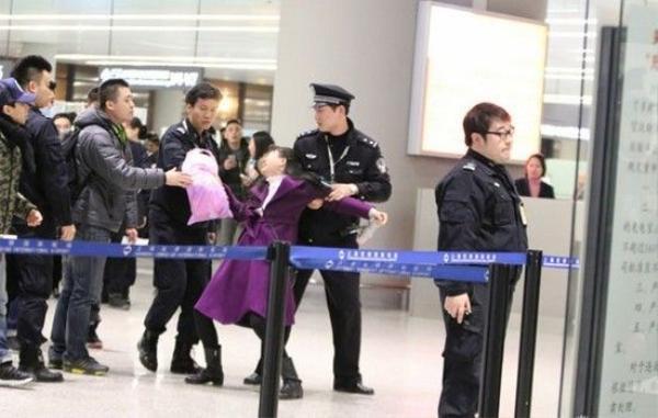 Trước đó, fan nữ này đã làm loạn với nhân viên an ninh.