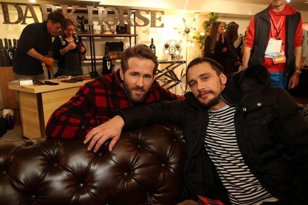 Ryan Reynolds và James Franco cùng đi ăn trong một nhà hàng