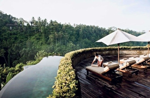 Những chiếc bàn dài tô điểm cho hồ bơi, dành cho khách du lịch tận hưởng khoảng thời gian thư giãn trong ánh mặt trời, trong khi chiêm ngưỡng thiên nhiên, cây cỏ tươi mát xung quanh.