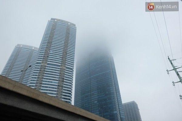 Do ảnh hưởng của không khí lạnh cực mạnh, sương mù dày đặc bao trùm cả thành phố. Các tòa nhà cao tầng gần như biến mất hoàn toàn trong làn sương mờ ảo. Ảnh: Định Nguyễn
