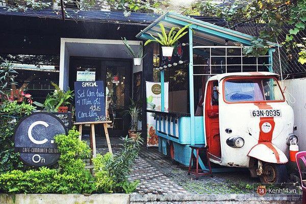 C.On café nổi bật với chiếc xe lam rực rỡ ngay ngoài vườn