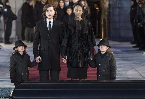 Danh ca Celine Dion và các con trong lễ tang