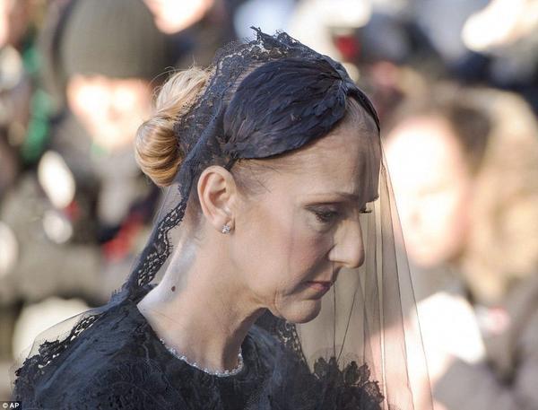 Gương mặt đau buồn của Celine Dion.
