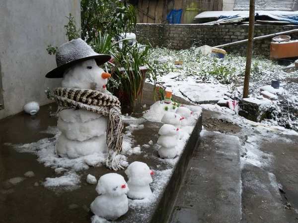 Cả một gia đình người tuyết. Ảnh: Đăng Hùng