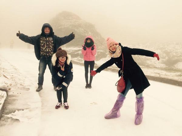 Các bạn trẻ thích thú chụp ảnh giữa trời tuyết tại Mẫu Sơn. Ảnh: