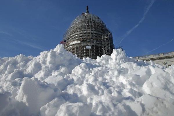 4 jonas Tuyết phủ kín đường phố xung quanh trụ sở quốc hội Mỹ