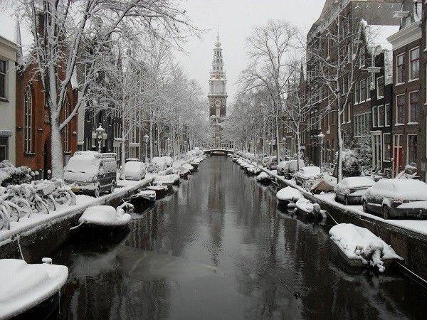 Amsterdam là thành phố có hệ thống kênh rạch dày đặc, trước đây được biết đến là một làng chài nhỏ bên sông nhưng nay trở thành một trung tâm chính trị, văn hóa, kinh tế của đất nước Hà Lan. Mùa đông ở Hà Lan không kéo dài như một số quốc gia khác, thời tiết giá lạnh nhất từ tháng 12 đến tháng 1.